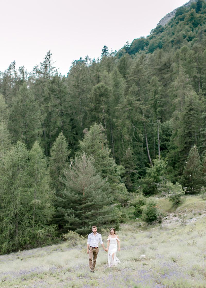 Couple au milieu des sapins photographe frederick dewitte