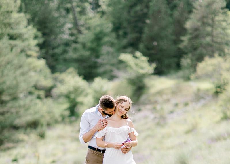 Photo de couple lumineuse lifestyle dans la nature