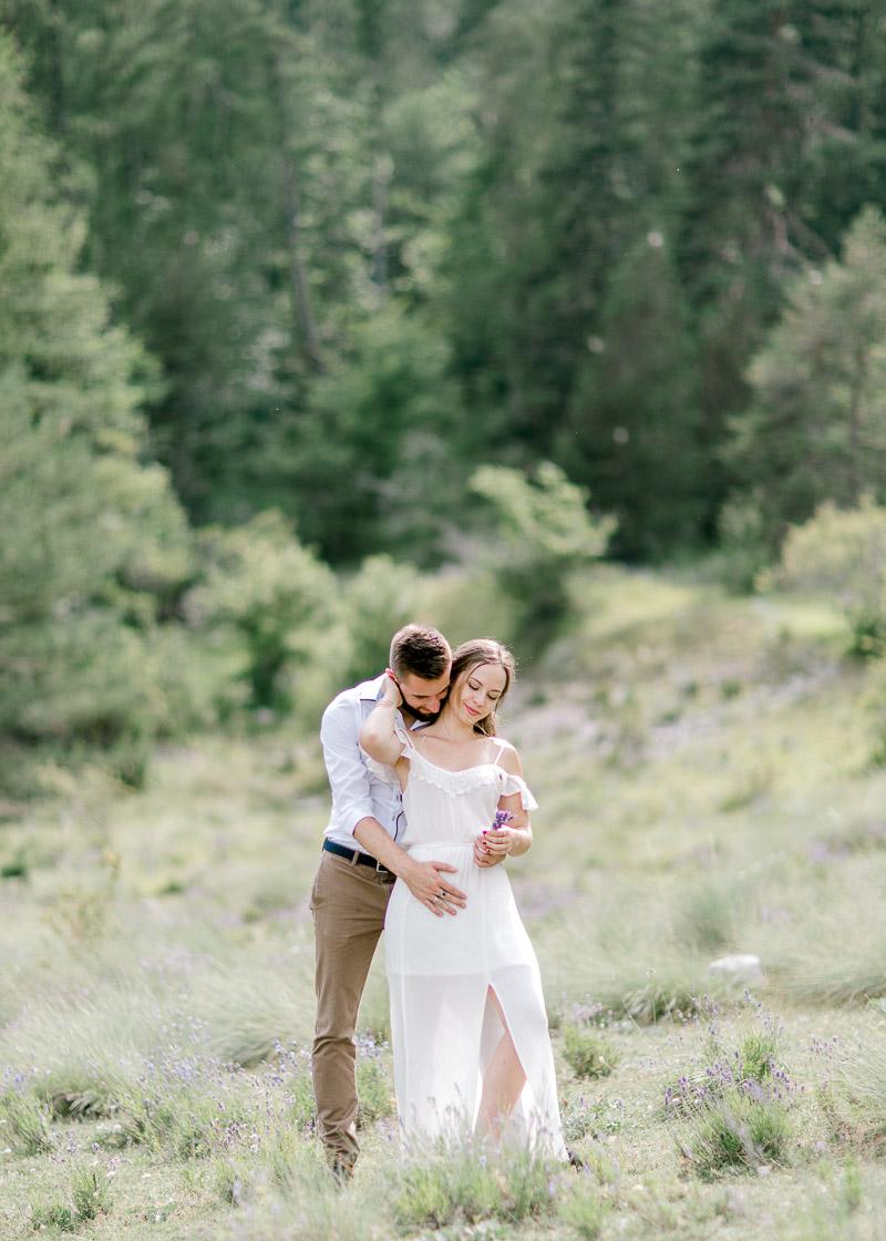 Couple complice et amoureux dans la nature photographe Rhône-Alpes