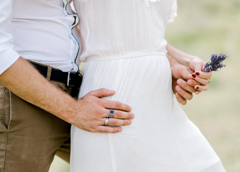 Détail d'une séance d'engagement d'un couple dans la nature en provence
