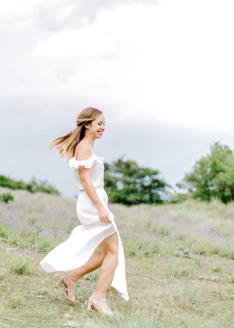 Future mariée dansant en séance photo engegement