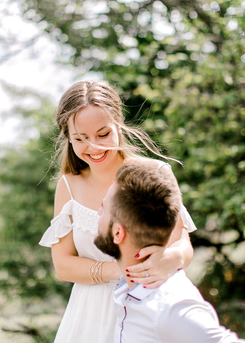 Séance d'engagement en pleine nature pour de futurs mariés Lyon