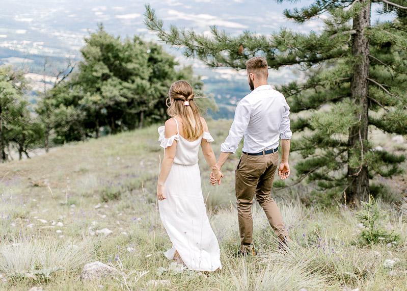 Couple se tenant la main dans la nature lifestyle photographe Lyon
