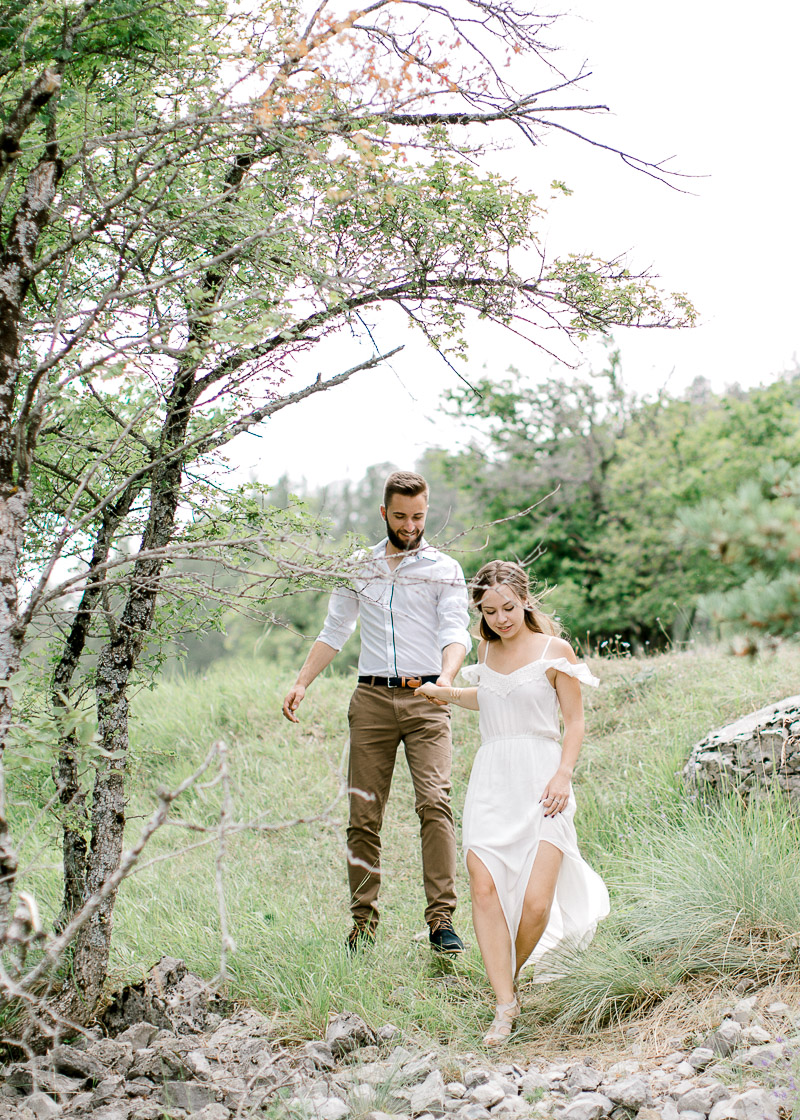Joli couple d'amoureux se promenant dans la nature photographe Lyon