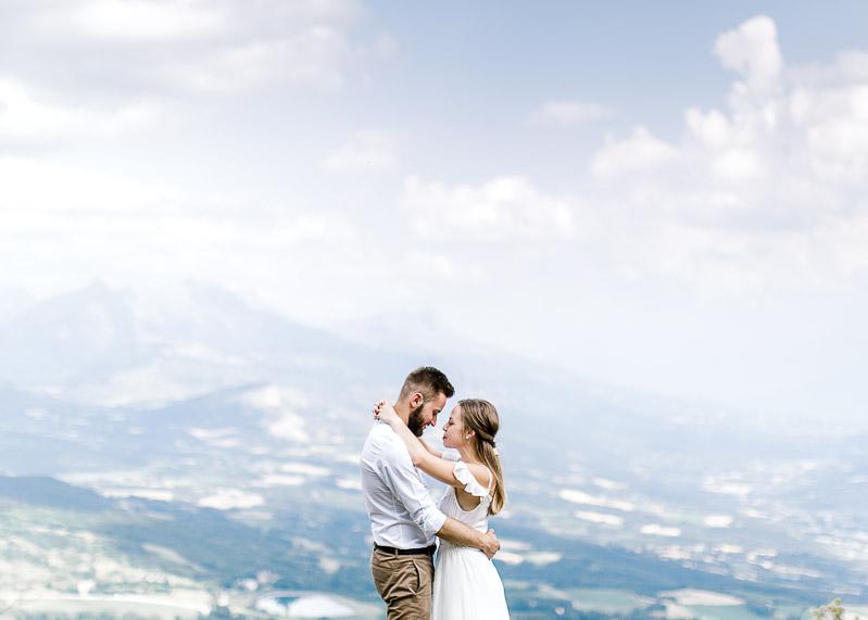 Photo de couple tendre dans la nature Lyon