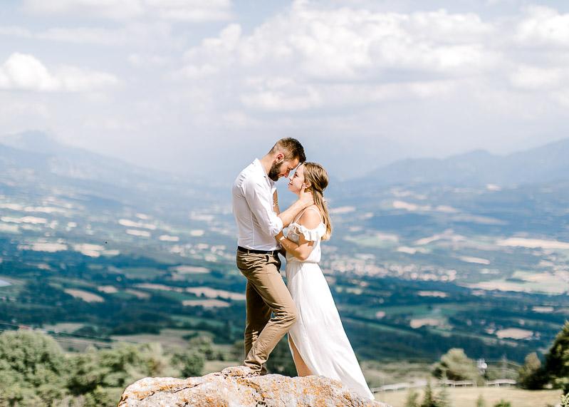 Photo de couple sur un rocher en pleine nature Lyon