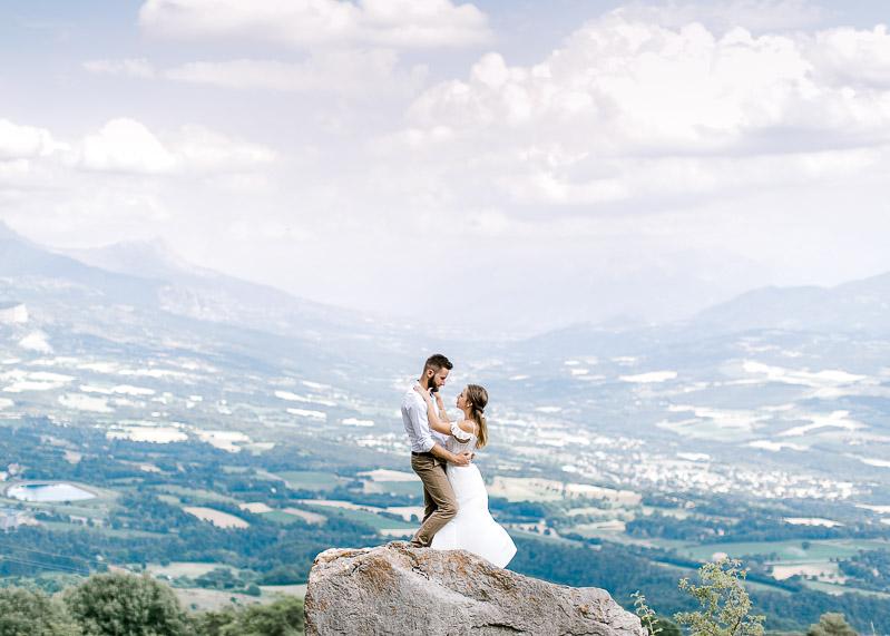 Couple d'amoureux en montagne sur un rocher photographe frederick dewitte