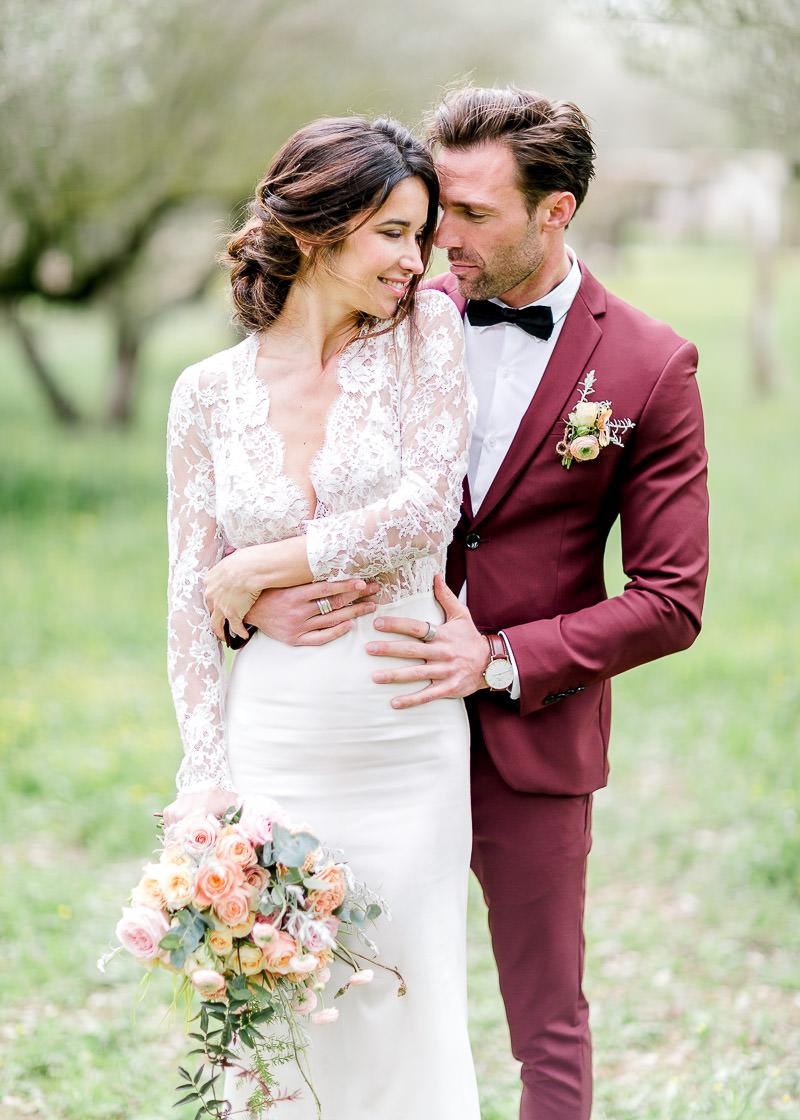 la mariée sourit au marié au château de l'aumérade