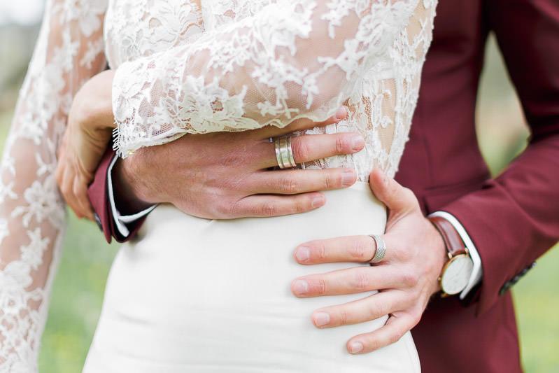 détail des mains du marié posé sur la mariée