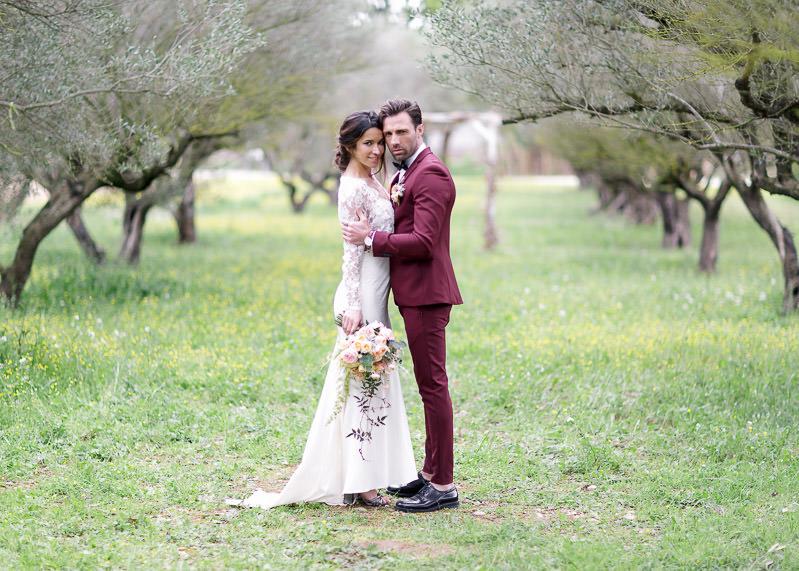 Le marié tiens la mariée par les épaules