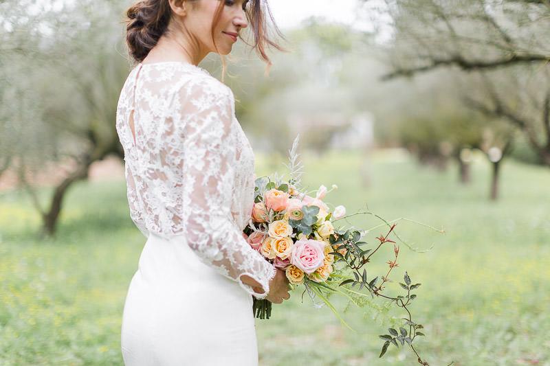 mariée de profil avec son bouquet