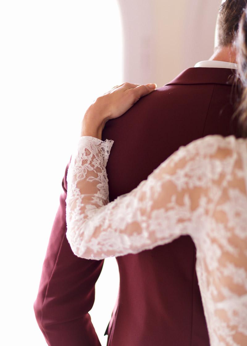 la main de la mariée sur l'épaule du marié