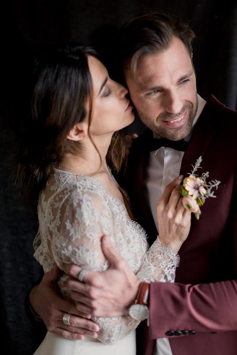 la mariée fait un bisous au marié au château de l'aumérade