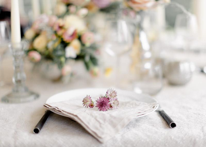 fleurs dans assiette des mariés château de l'aumérade