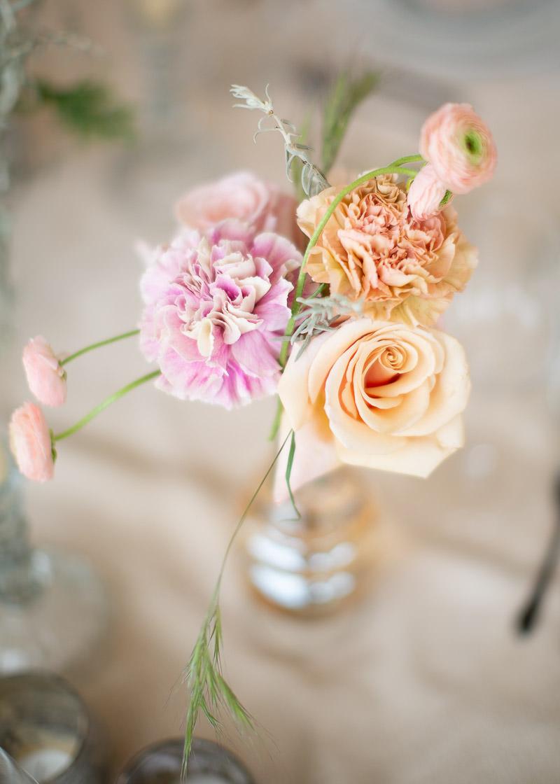 bouquet de fleur posé sur la table des mariés