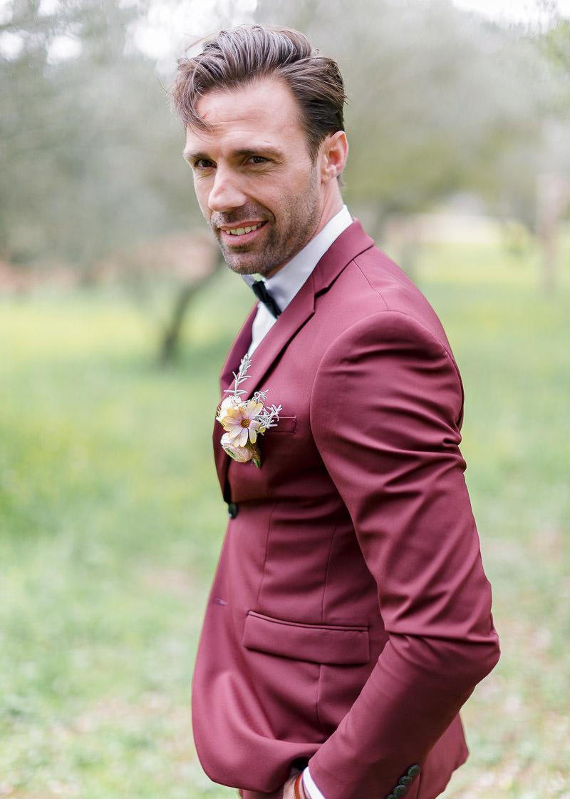 marié seul dans le parc du château de l'aumérade pour un mariage