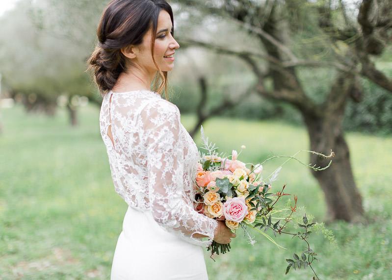mariée et bouquet de fleurs château de l'aumérade
