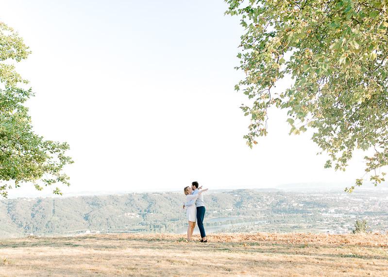 Shooting photo de couple lumineuse à la campagne Lyon