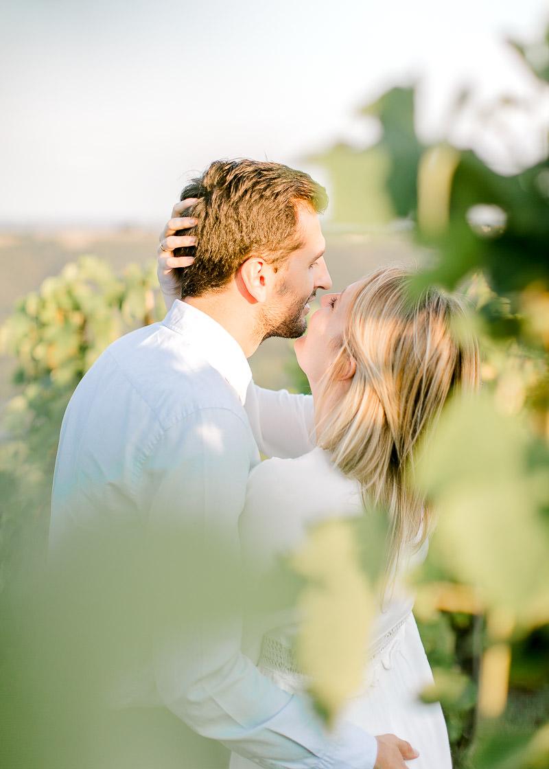 Photographe de mariage couple dans les vignes engagement