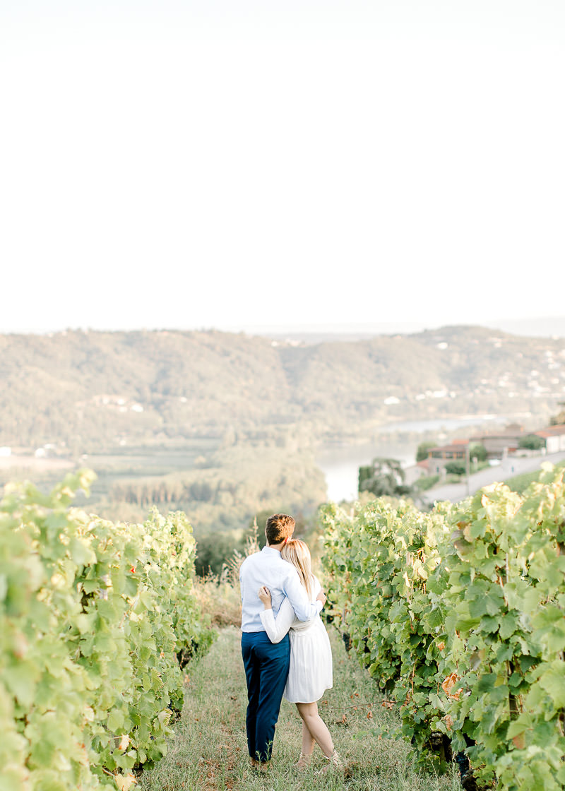 Photo de couple dans les vignes avec vue sur le Rhône Lyon et Vienne
