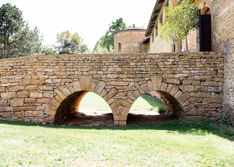 chemin de pierre entrée du chateau du sou