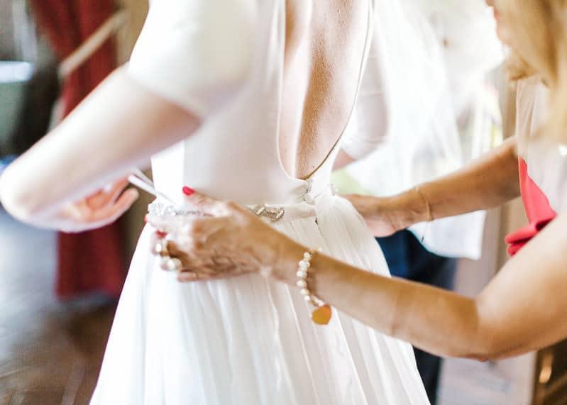 Mise en place de la robe de la mariée au château du sou