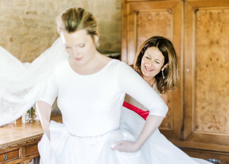 La mariée et sa maman en pleins préparatif de mariage au château du sou