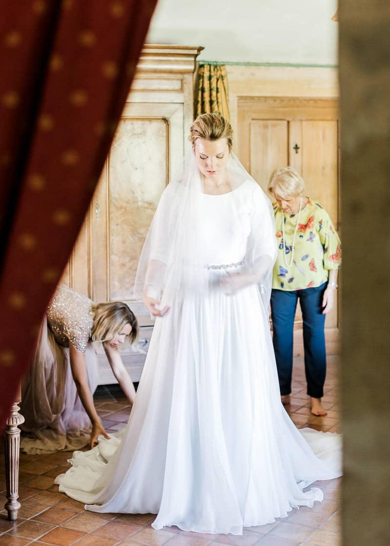 La mariée se prépare avec ses proches dans la suite du château du sou