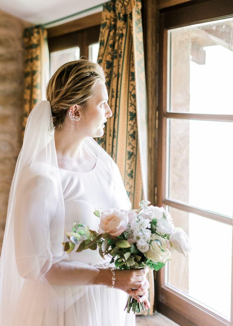 La mariée regarde par la fenêtre au château du sou