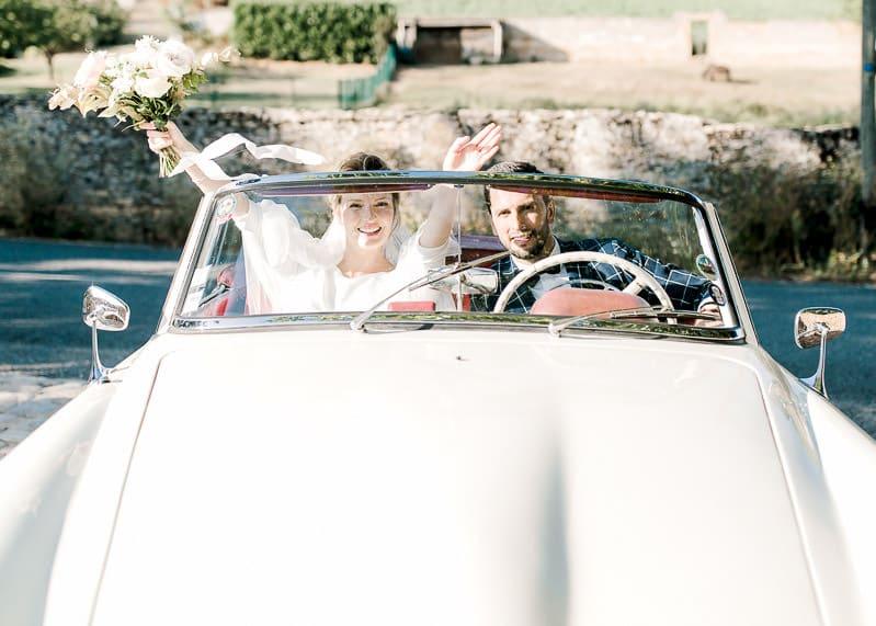 L'arrivée des mariés en voiture au château du sou