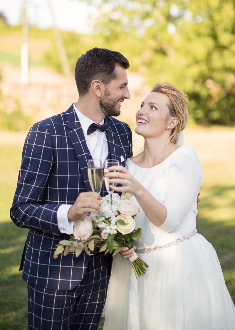 Les amoureux mariés au château du sou avec du champagne