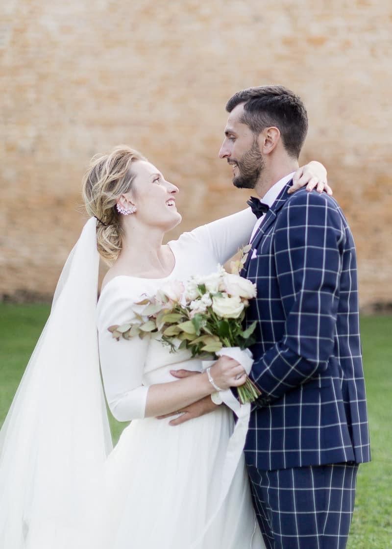 La mariée enlasse le marié au chateau du sou