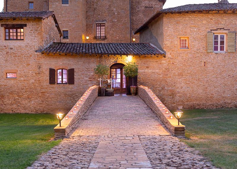 Entée du château du sou le soir