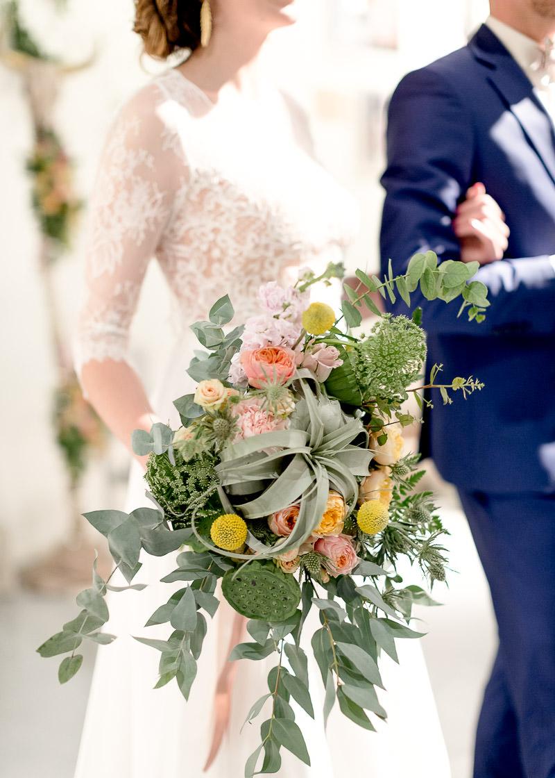 Mariée avec bouquet de fleur au festival du mariage à Lyon