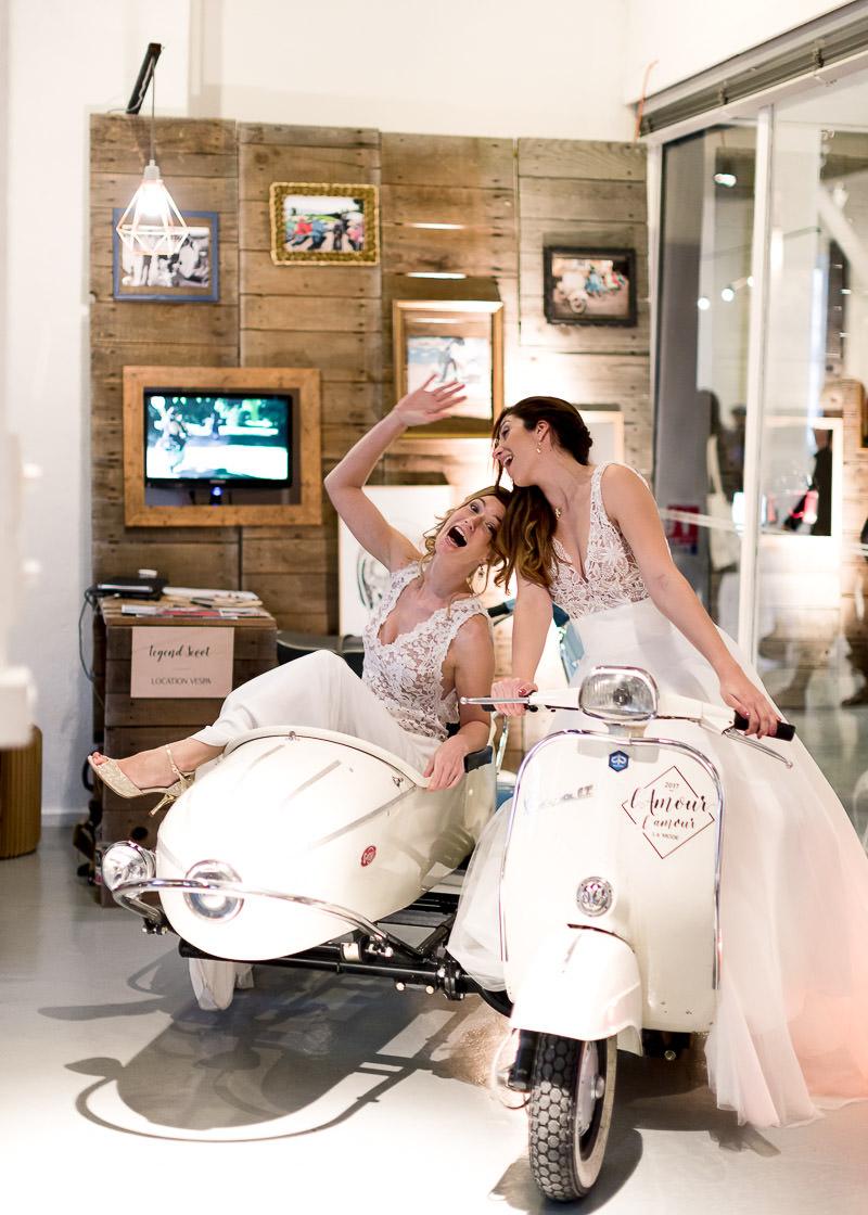 Deux mariées prennent la pose sur le scooter au festival l'amour l'amour la mode