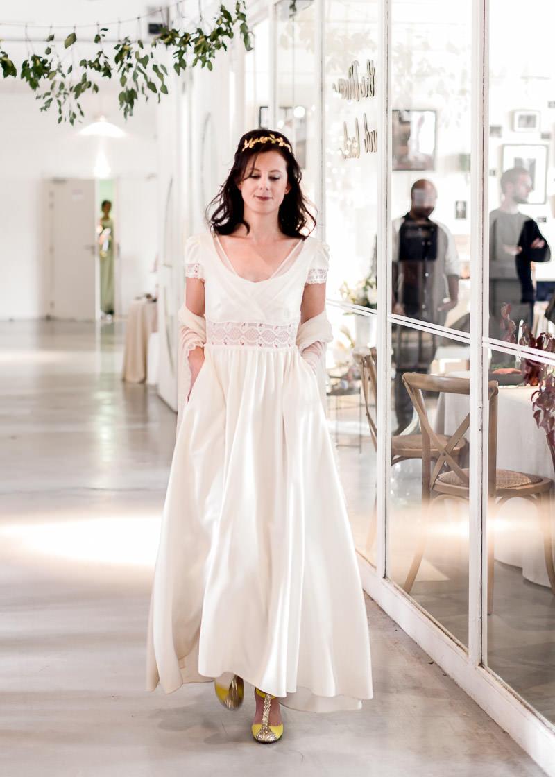 Défilé d'une mariée avec couronne de fleur de l'amour l'amour la mode