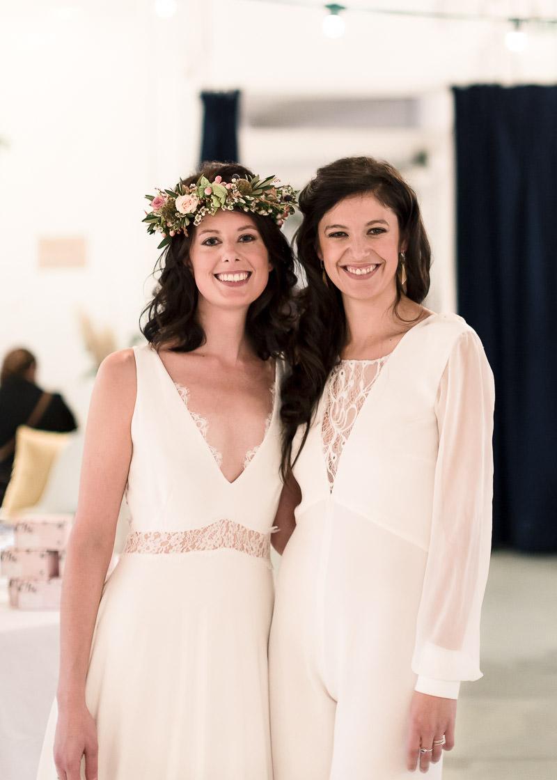 Deux mariées souriante se font prendre en photo