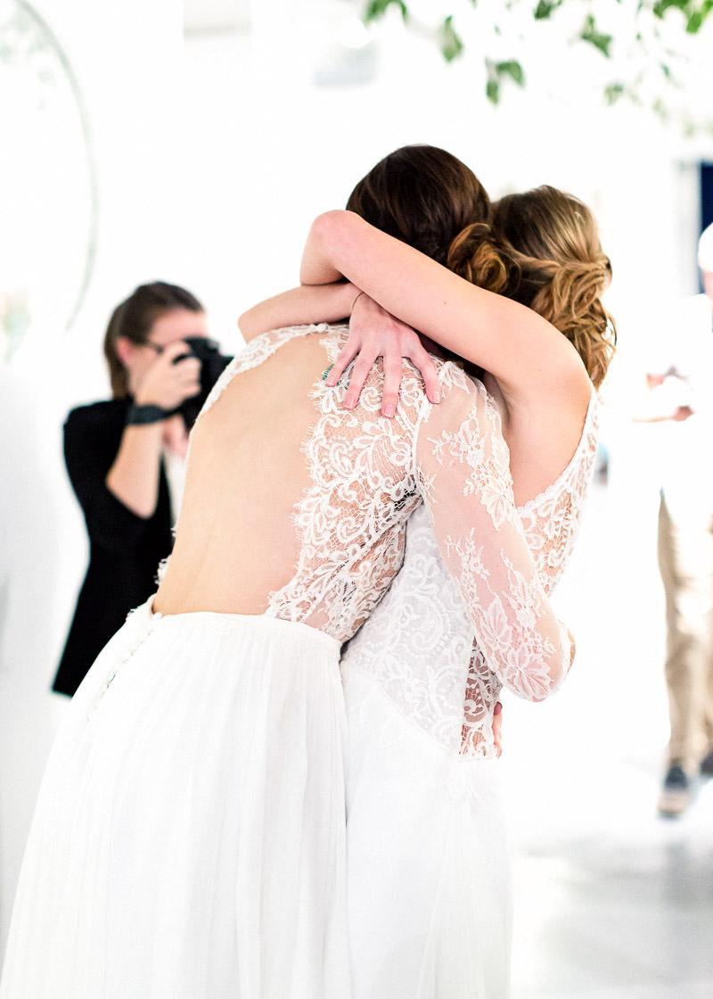 Deux mariées de prennent dans les bras, elles sont copine