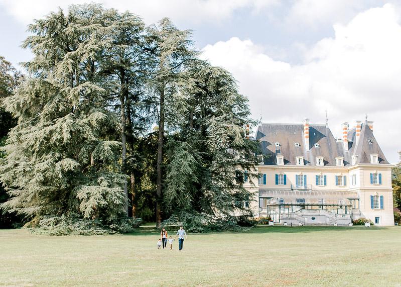Famille dans le parc du château de Rajat à Lyon