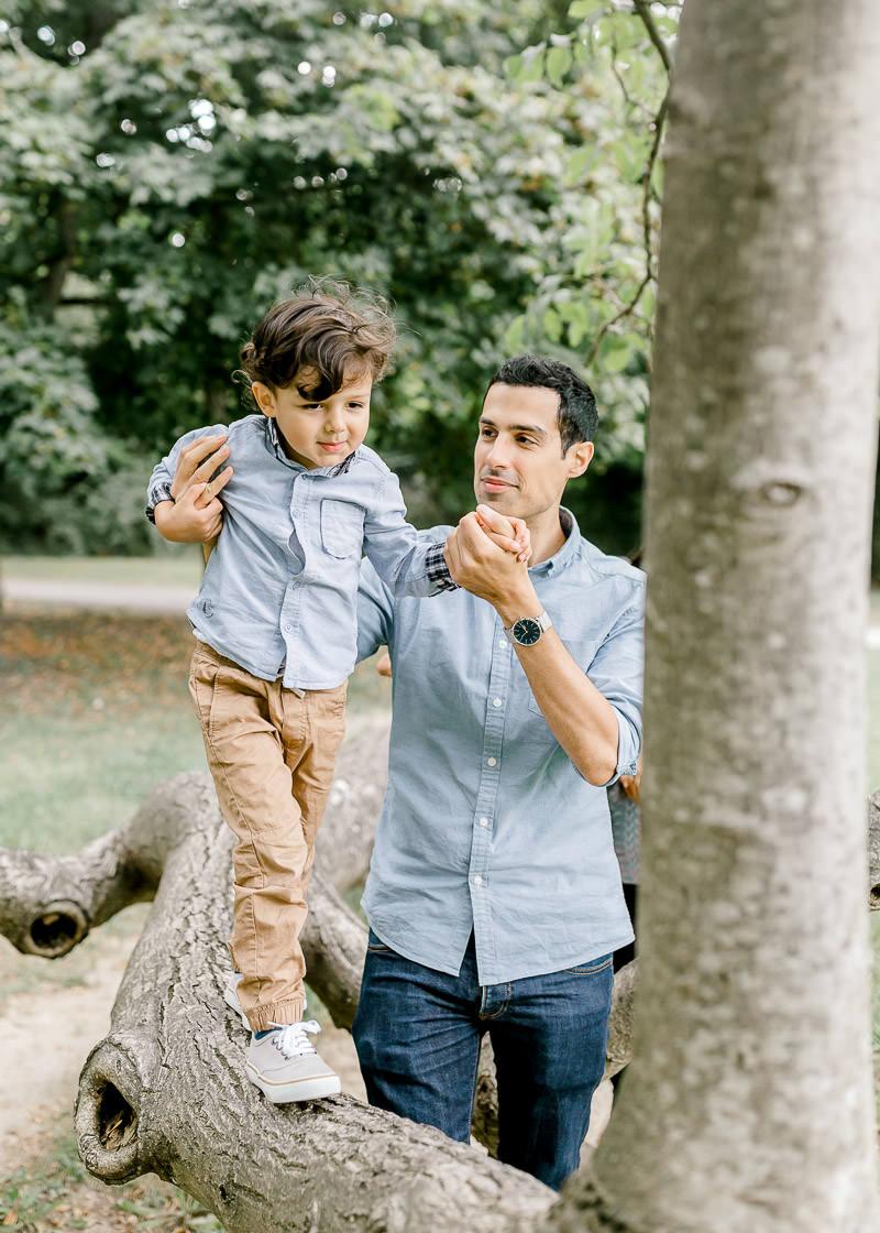 Un papa et son fils sur un tronc d'arbre