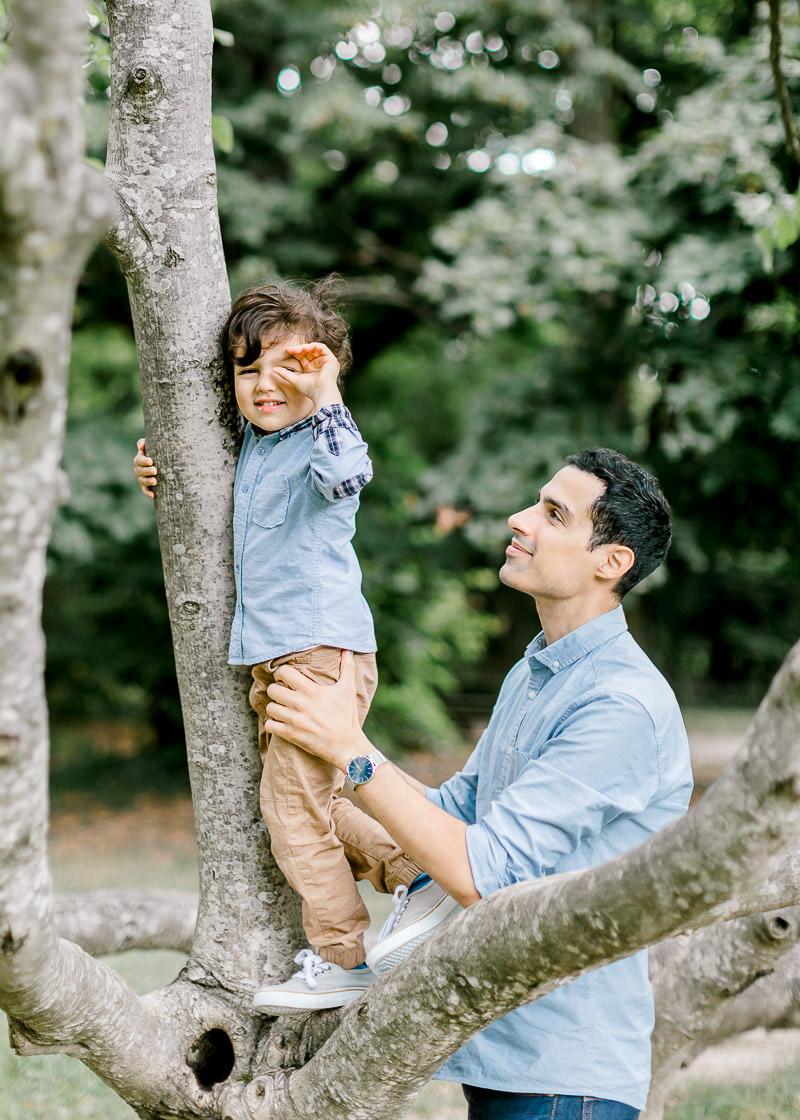 L'enfant imite le photographe