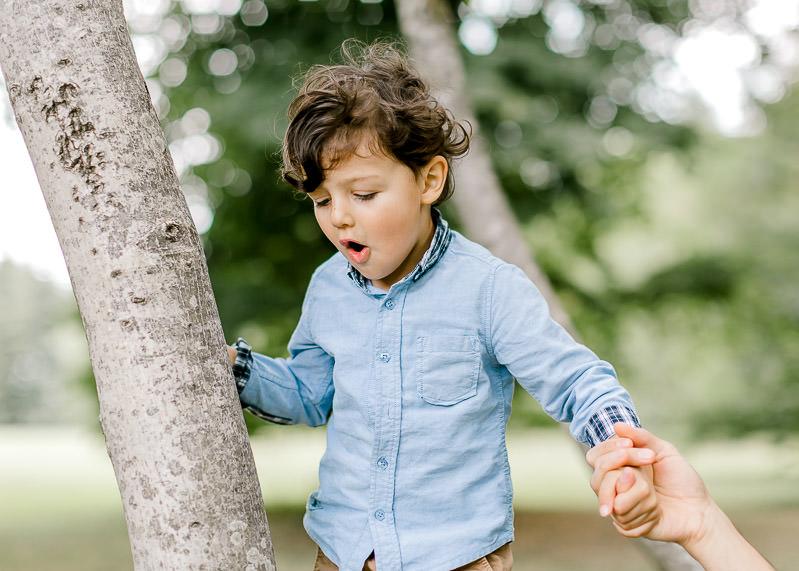 Un enfant escalade un arbre