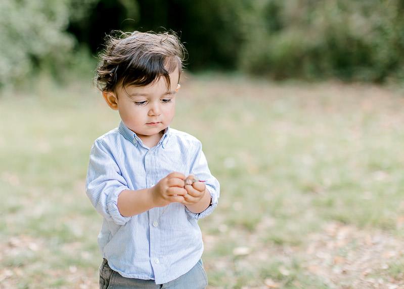 Un enfant est concentré avec se qu'il viens de ramasser