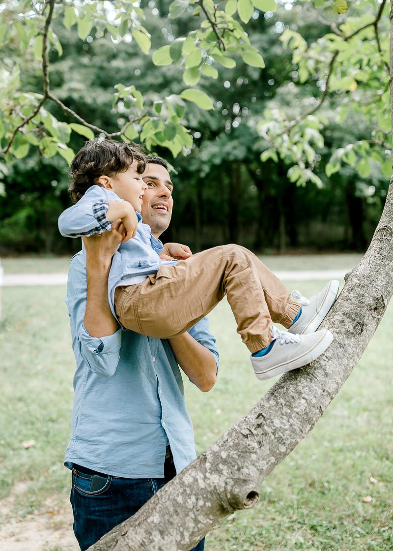 Un père joue avec son fils dans le parc du Château de Rajat