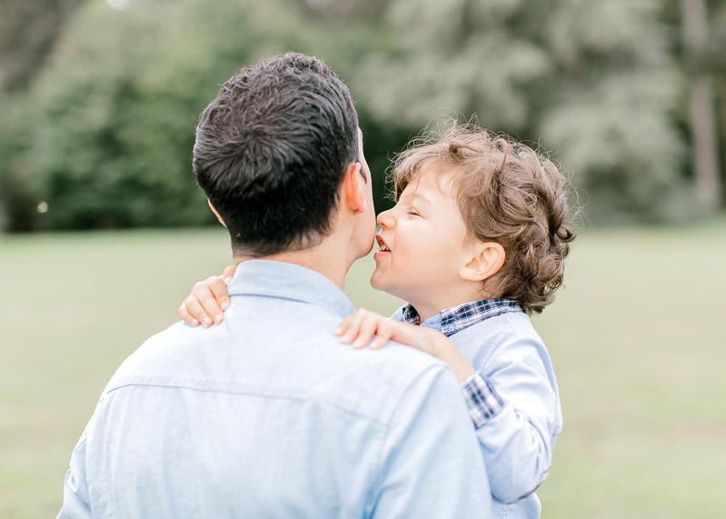 Un enfant fait une bise à son père dans le parc du Chateau de Rajat