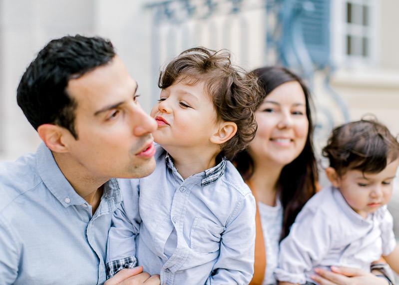 Un enfant fait le pitre avec son père pendant une séance photo de famille à Lyon