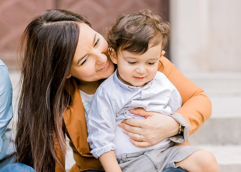 Une maman et son fils pedant un shooting de famille à Lyon