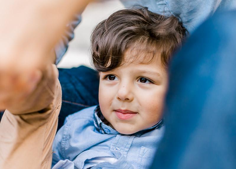 Gros plan sur un enfant pendant une séance famille à Lyon