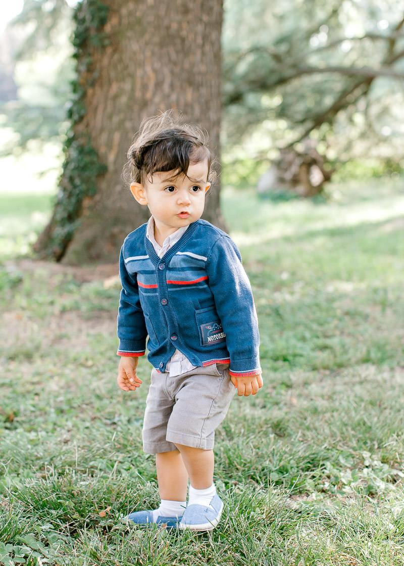 Un enfant est prés a courir dans le parc du Château de Rajat