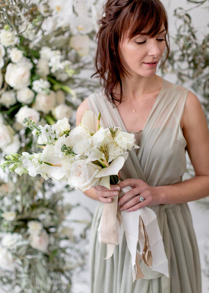 bouquet de fleur dans les main de la mariée